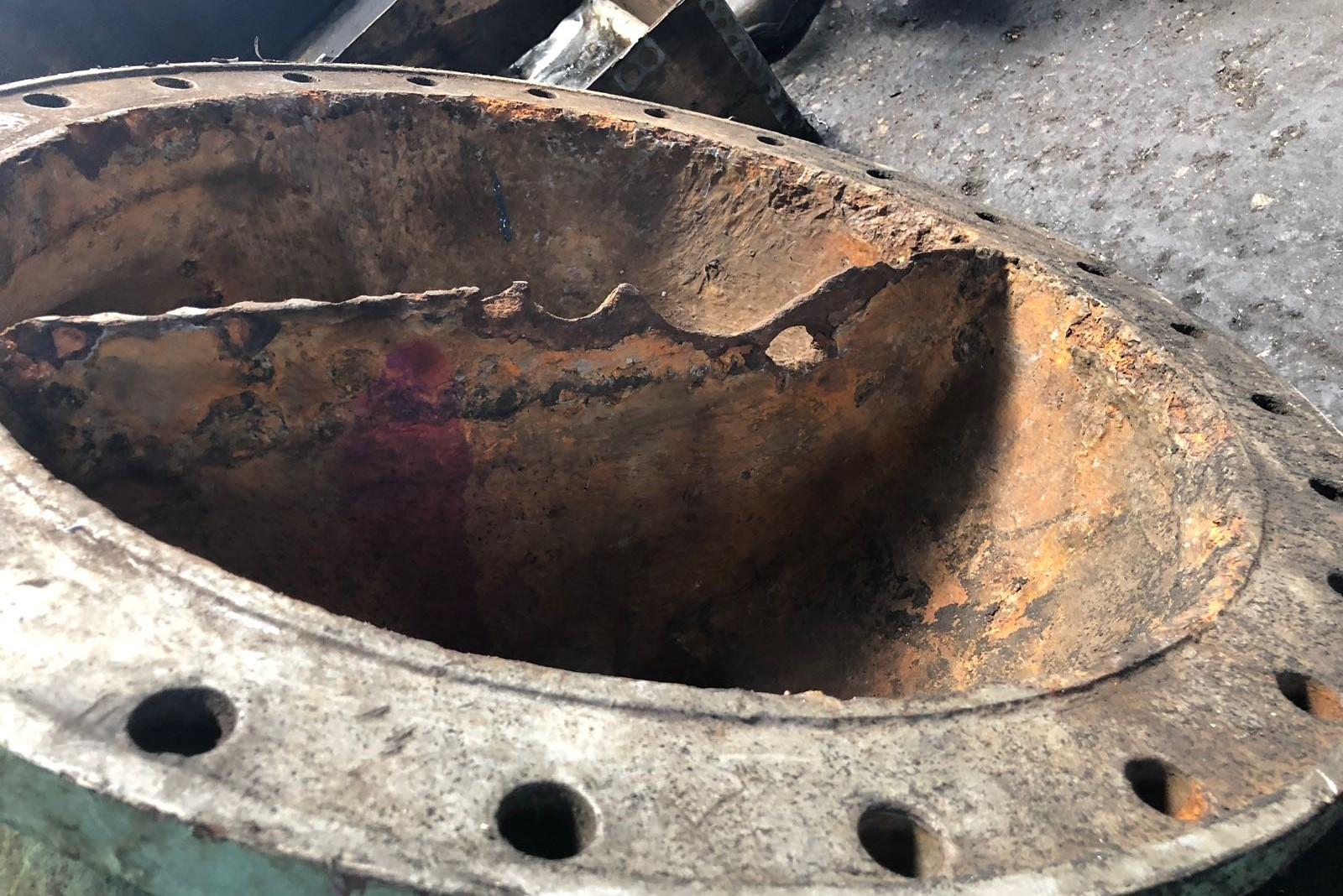 1. Coperchio di condensatore affetto da corrosione